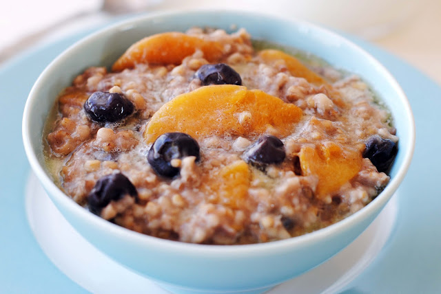 Slow Cooker Steel Cut Oats with Blueberries and Peaches
